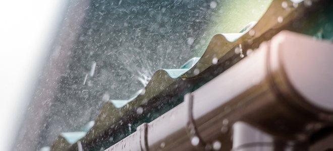 nước mưa chảy từ mái tôn vào hệ thống máng xối