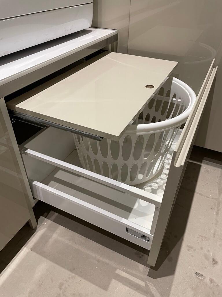 bệ giặt có ngăn kéo để giỏ và kệ kéo