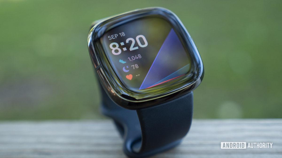 fitbit sense review thiết kế hiển thị mặt đồng hồ 3