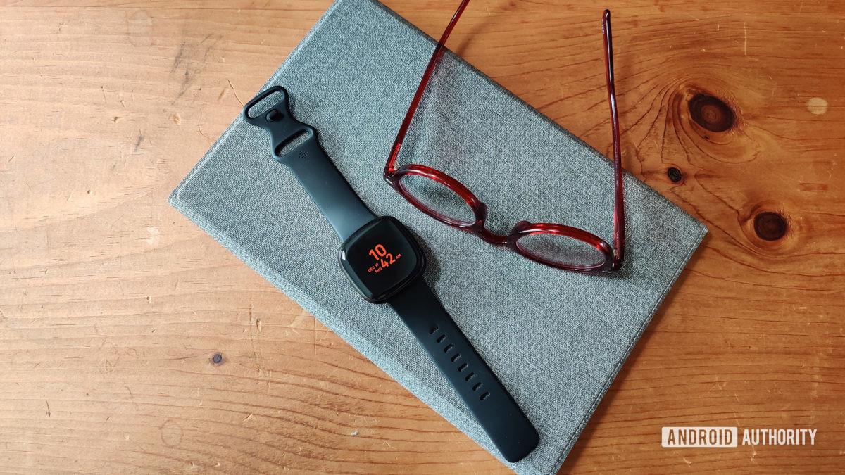 Đánh giá đồng hồ Fitbit Versa 3 có kính
