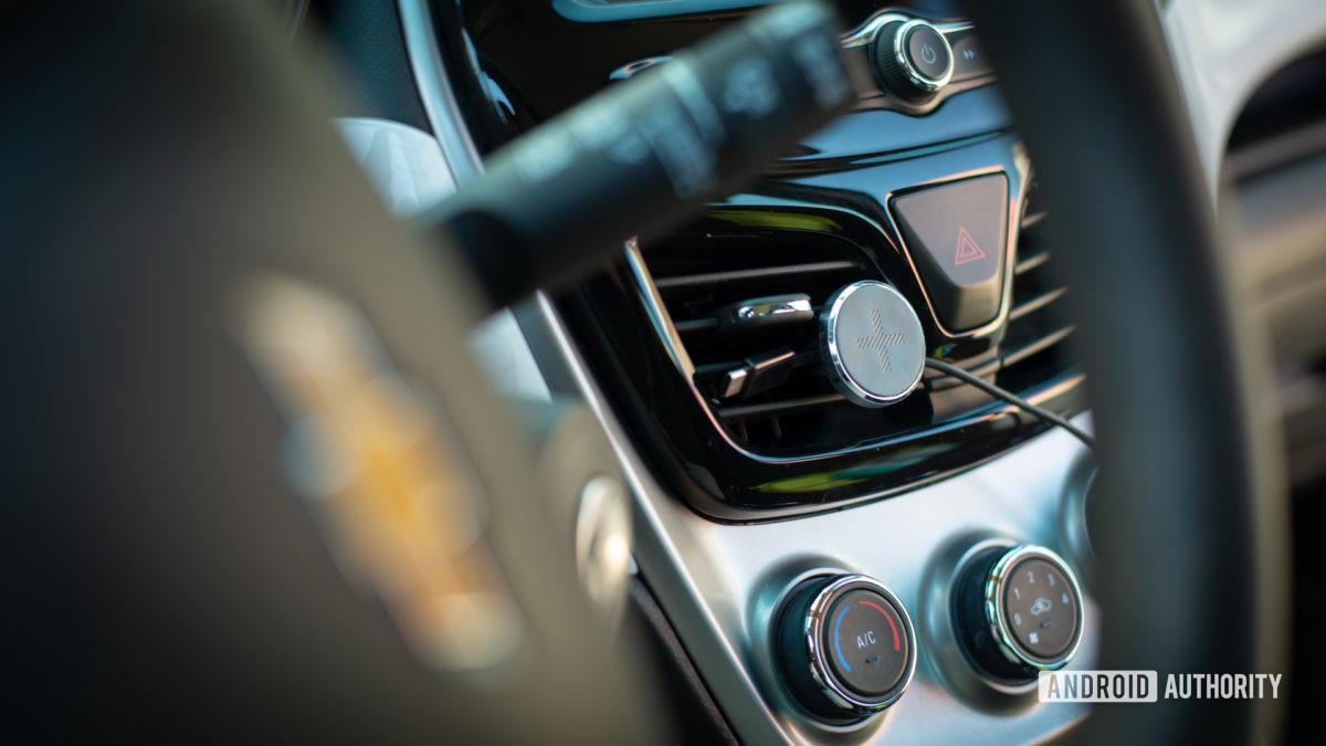 Đánh giá giá đỡ lỗ thông hơi trên ô tô từ tính của Logitech Plus Trip 5