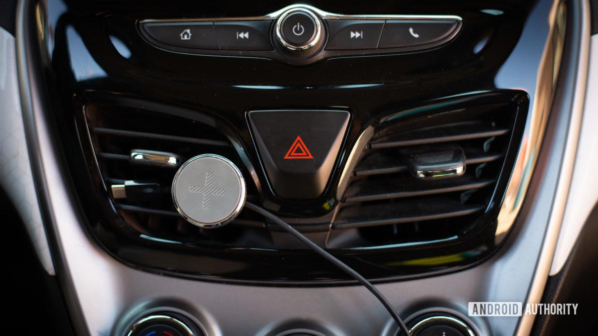 Đánh giá giá đỡ lỗ thông hơi trên ô tô từ tính của Logitech Plus Trip 6