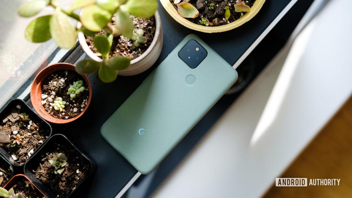 Google Pixel 5 trên bệ cửa sổ