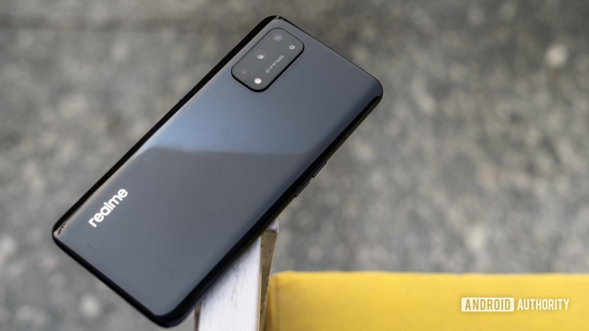Cấu hình bên của Realme X7 Pro 5G với tiêu điểm vào camera