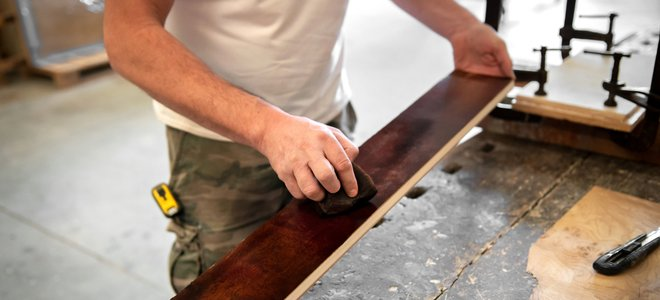tay nhuộm mảnh gỗ dài mỏng