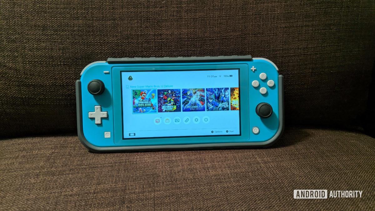 Nintendo Switch Lite trên ghế sofa - một trong những máy chơi game cầm tay tốt nhất