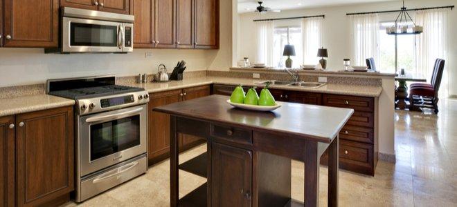 nhà bếp với bếp nấu và lò vi sóng