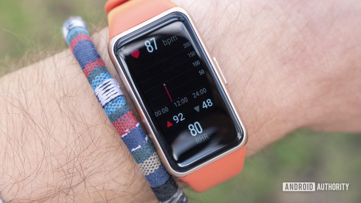 Đánh giá Huawei Band 6 nhịp tim khi nghỉ ngơi trên cổ tay
