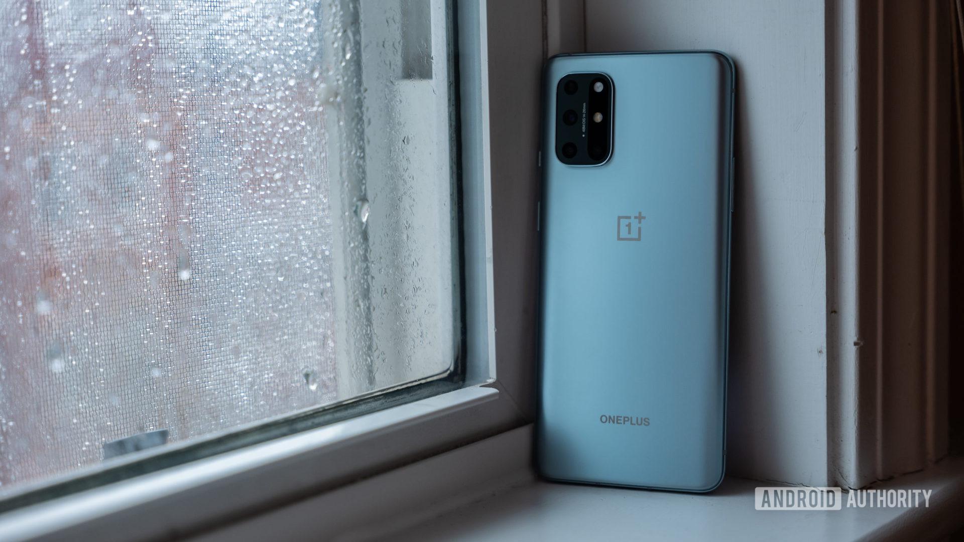 OnePlus 8T ngồi trên cửa sổ