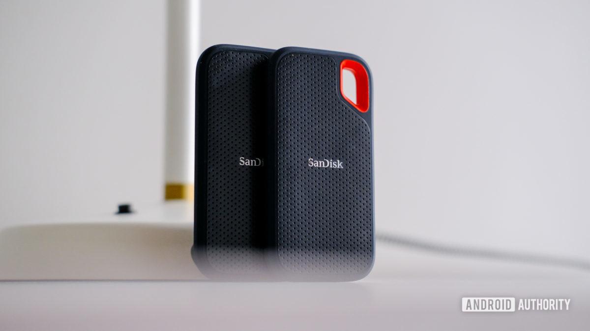 Sandisk Extreme Portable SSD 2 trên bàn thẳng đứng