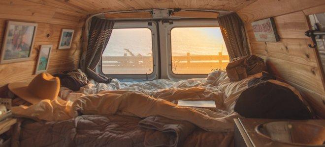 giường van với hình ảnh, cửa sổ và chăn