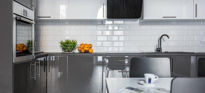 tủ bóng và gạch nền trắng trong nhà bếp hiện đại