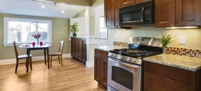 bếp mở với lò vi sóng trên bếp và phạm vi