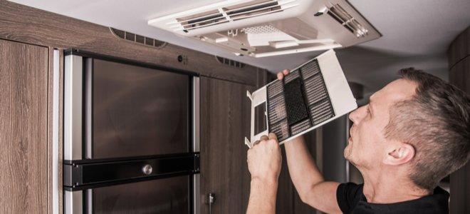người đàn ông thay bộ lọc trong máy điều hòa không khí RV