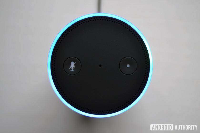 Một thiết bị Amazon Echo Alexa được chụp từ trên cao.
