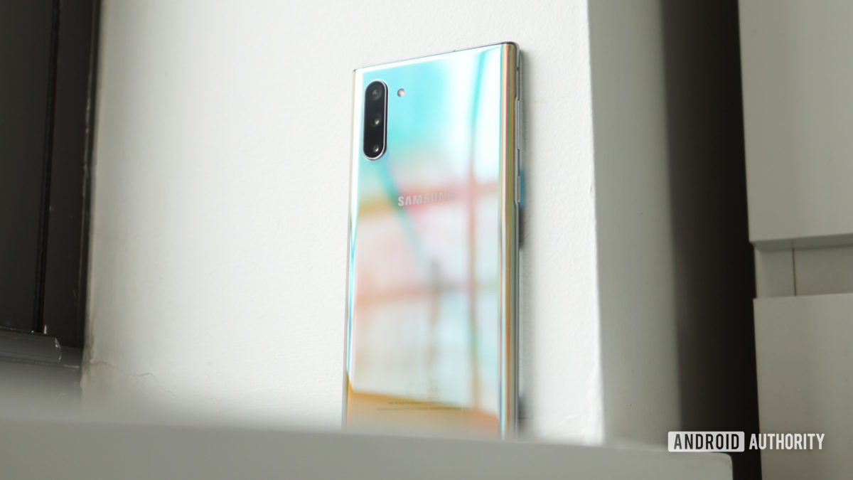 Samsung Galaxy Note 10 trên bệ cửa sổ