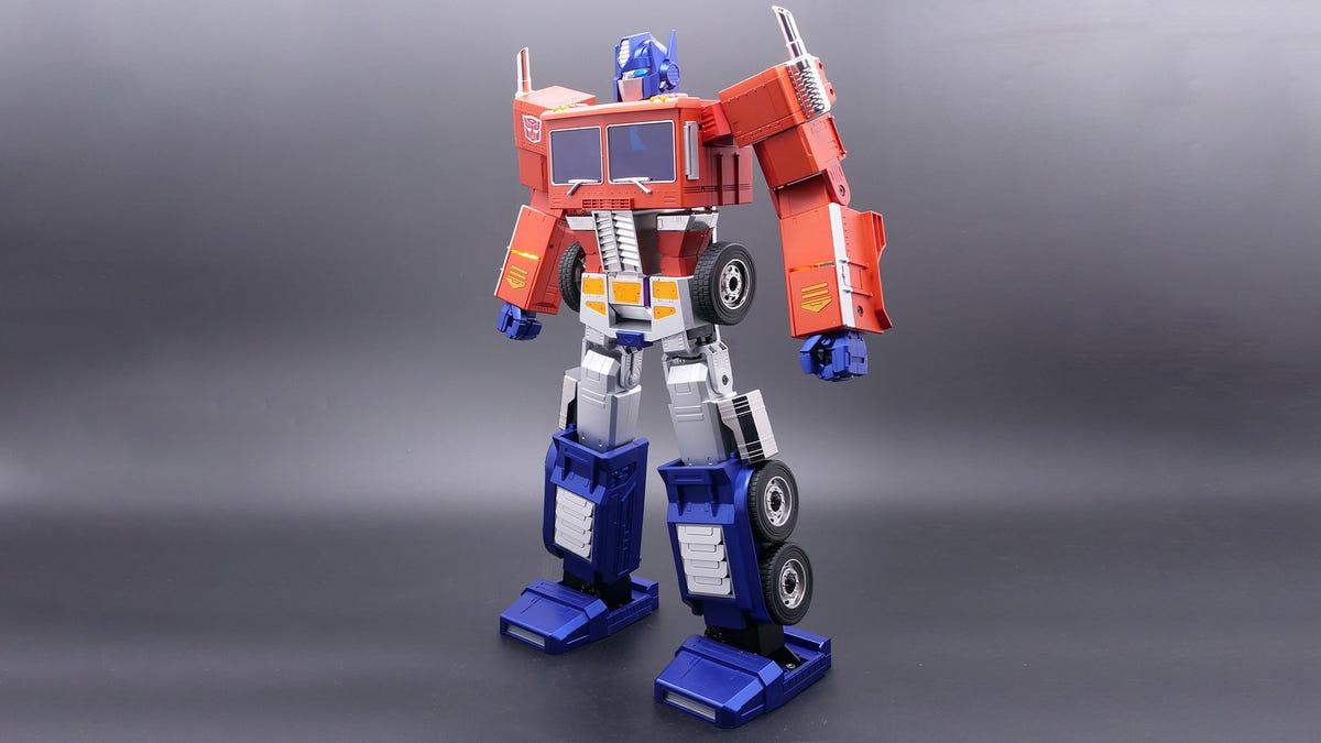 Một món đồ chơi Optimus Prime hình người.