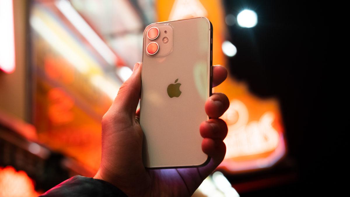 iPhone 12 Mini mặt sau của điện thoại trước đèn neon