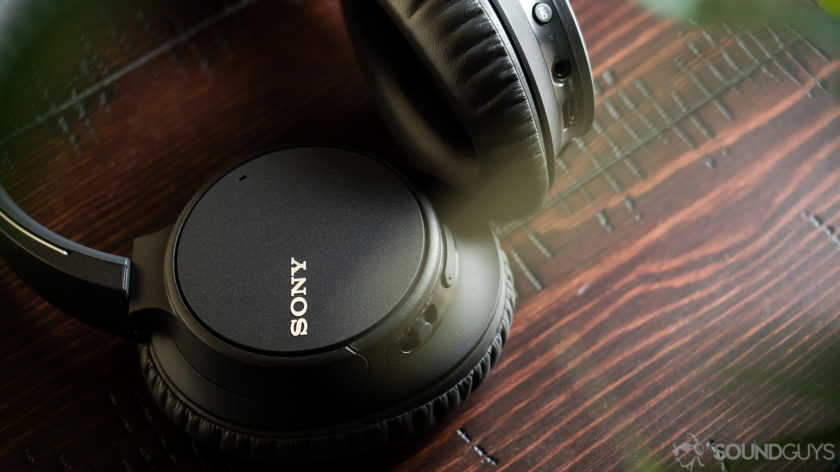 Tai nghe Sony WH-CH700N trên bề mặt gỗ anh đào.