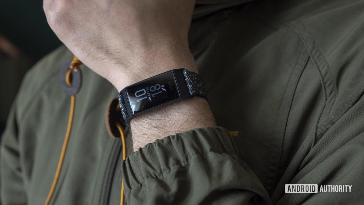 đánh giá fitbit charge 4 trên cổ tay 1