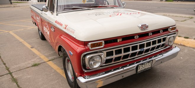 xe tải kiểu cũ sơn màu đỏ và trắng