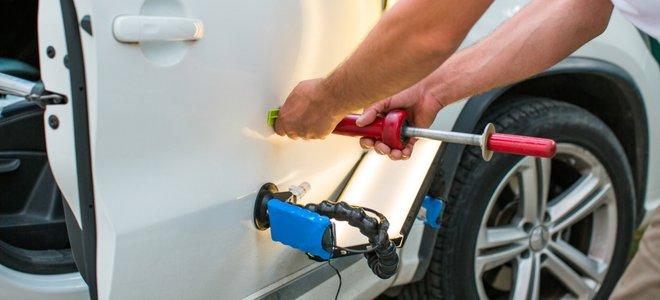 tay sửa chữa vết lõm ô tô với thiết bị