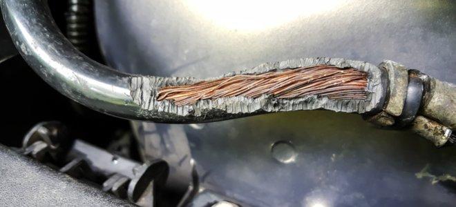 hệ thống dây điện xe hơi lộ ra trong vỏ đã bị ăn mòn