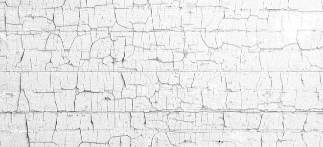 nứt lớp sơn trắng cũ trên tường bên ngoài
