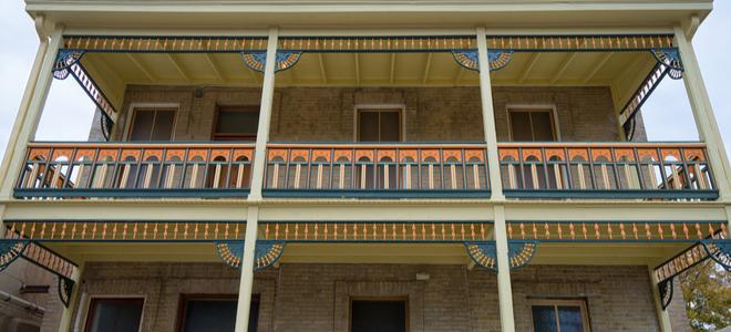 Tòa nhà chung cư Laredo, Texas với tác phẩm bằng gỗ có mái hiên kiểu cũ