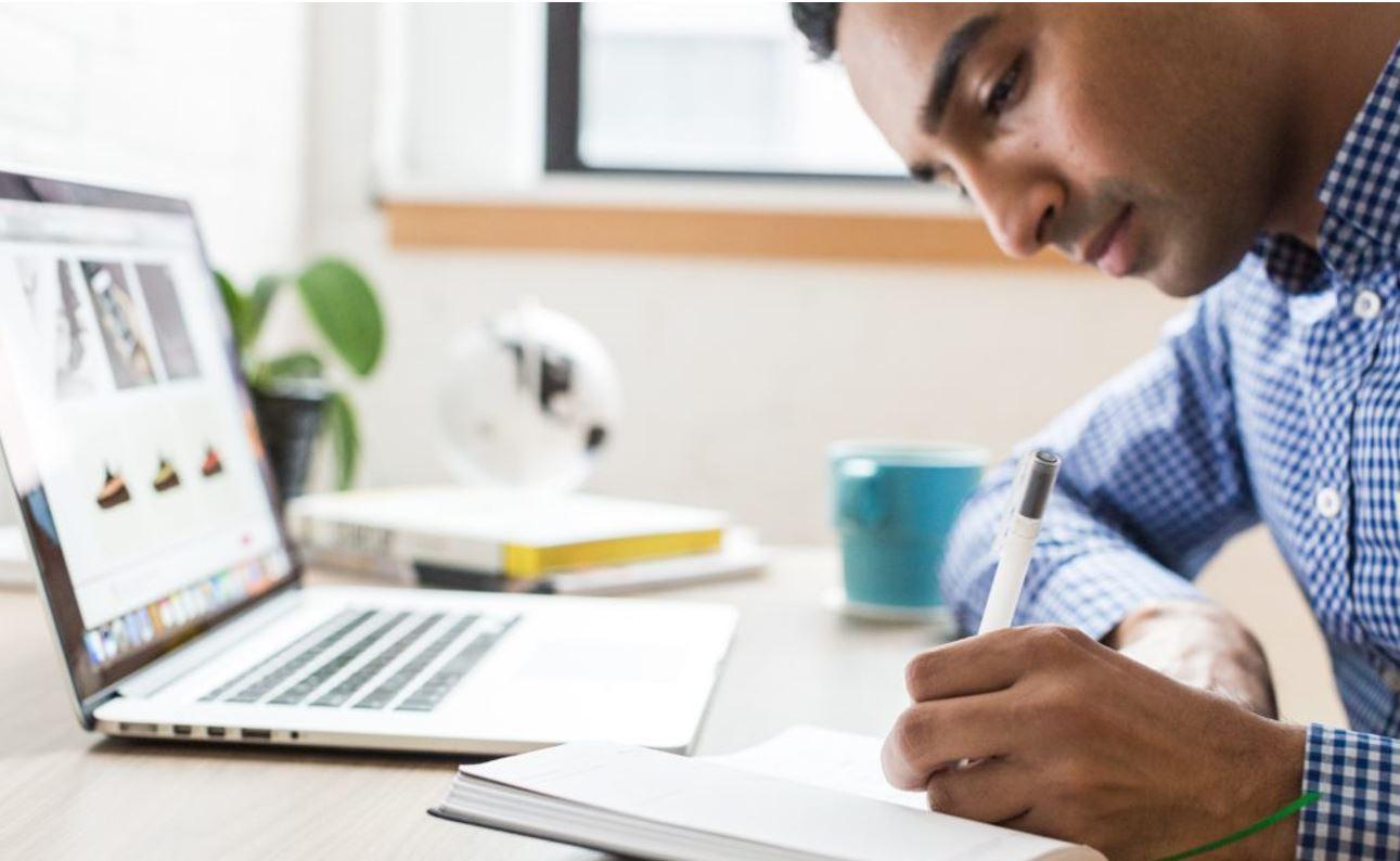 Máy tính xách tay viết của sinh viên