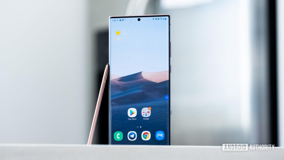 Bút Samsung Galaxy Note 20 Ultra tựa vào điện thoại