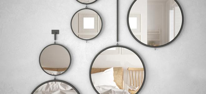 trên tường trắng treo gương nhỏ