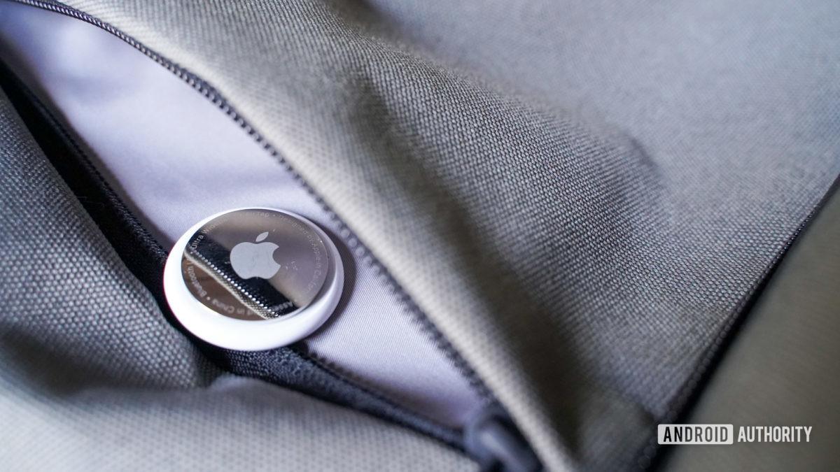 Apple AirTag trong ba lô