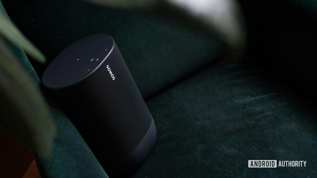 Loa thông minh bluetooth Sonos Move Wi-Fi màu đen trên nền đi văng nhung.
