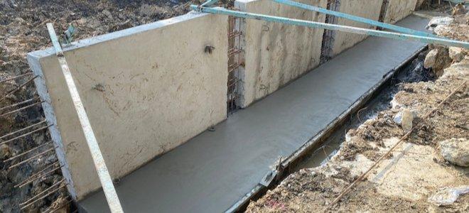 tường chắn xi măng với nền bê tông đổ