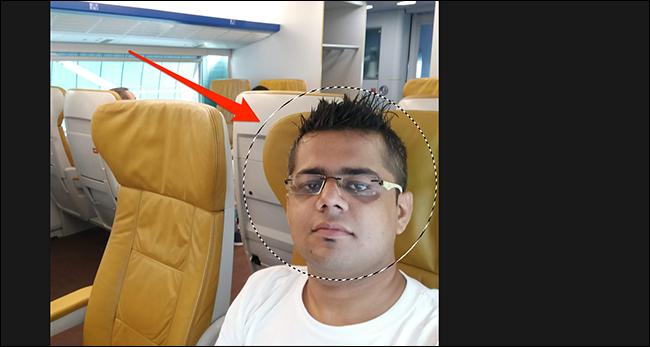 Thực hiện lựa chọn vòng tròn trên ảnh của bạn trong cửa sổ Photoshop