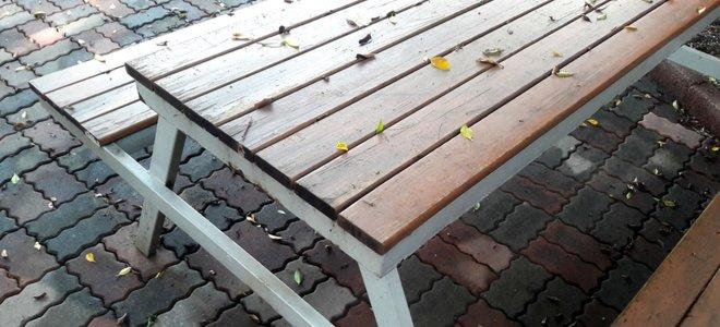 bàn ăn ngoài trời bằng gỗ trên sân gạch