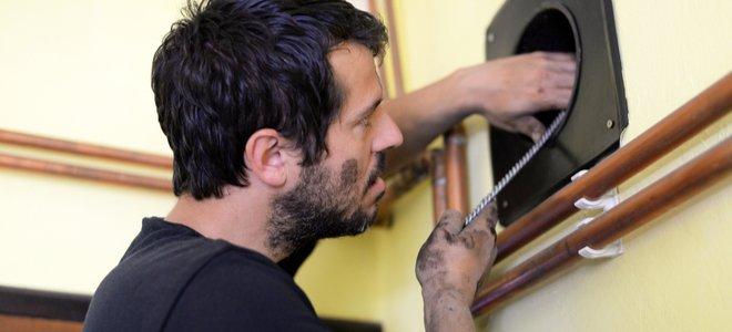 người làm sạch ống khói hẹp trong tường