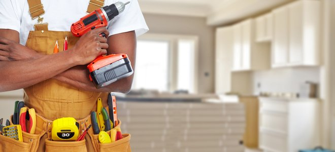 công nhân với các công cụ trước nhà bếp đang được sửa sang lại