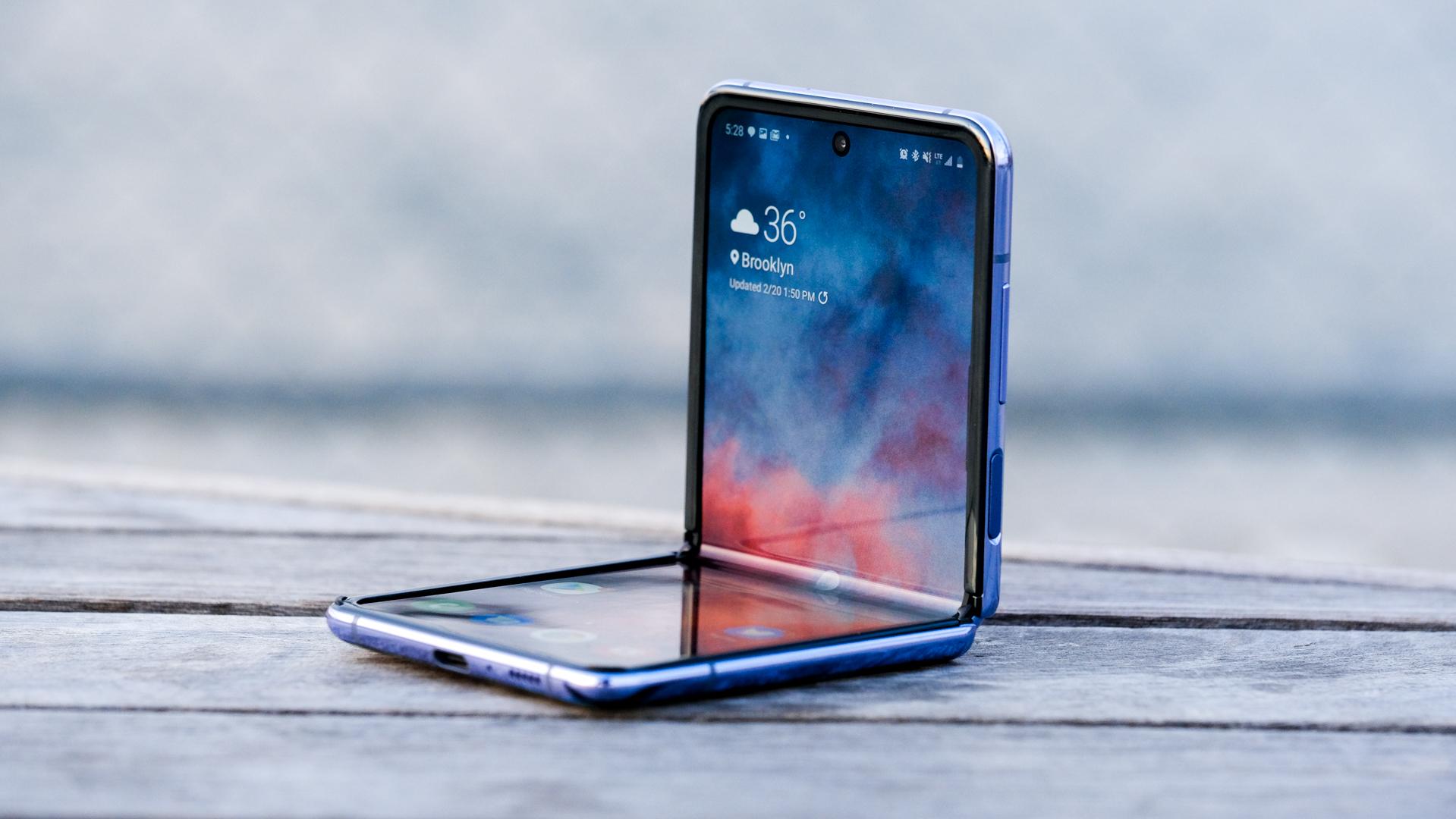 Samsung Galaxy Z Flip mở ra khi ngồi lên