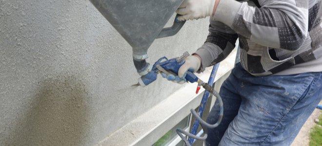 công nhân sử dụng súng phun phễu để thi công kết cấu cho tường bên ngoài