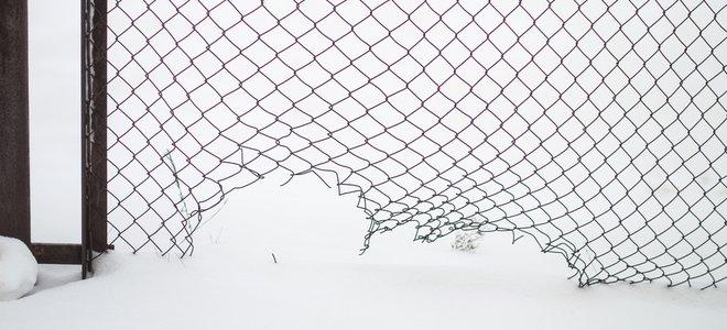 hàng rào chuỗi liên kết kim loại với khoảng cách thiệt hại ở phía dưới