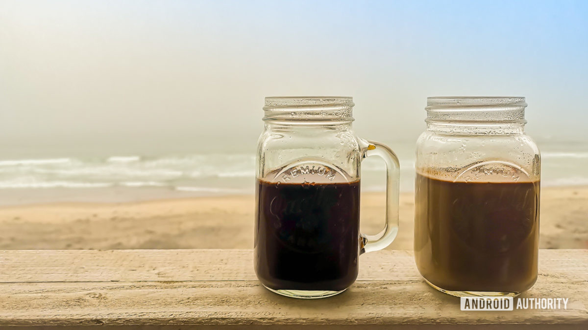 Cốc cà phê bên bãi biển