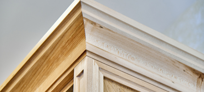 khuôn đúc vương miện bằng gỗ giữa tường và trần