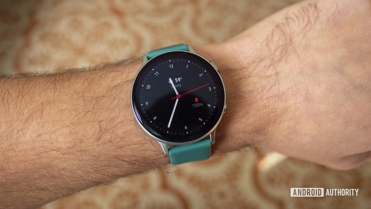 Đồng hồ samsung galaxy hoạt động 2 đánh giá mặt đồng hồ trên cổ tay1