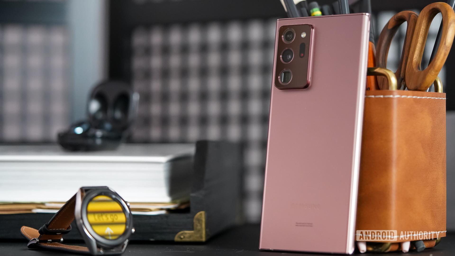 Samsung Galaxy Note 20 Ultra với các phụ kiện