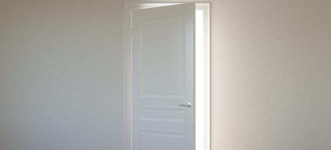 cửa mở trong bức tường trắng