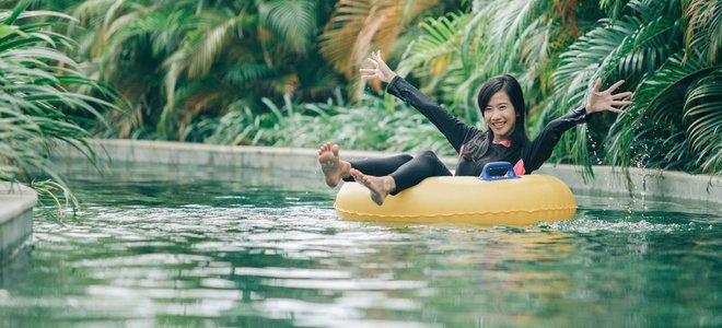 người phụ nữ hạnh phúc nổi trong hồ bơi sông lười