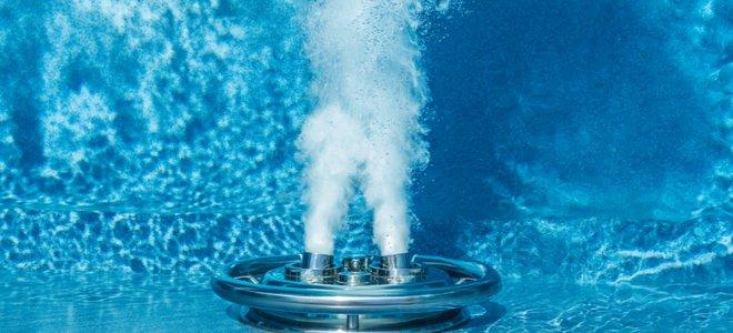 máy bay phản lực mạnh mẽ dưới nước trong hồ bơi