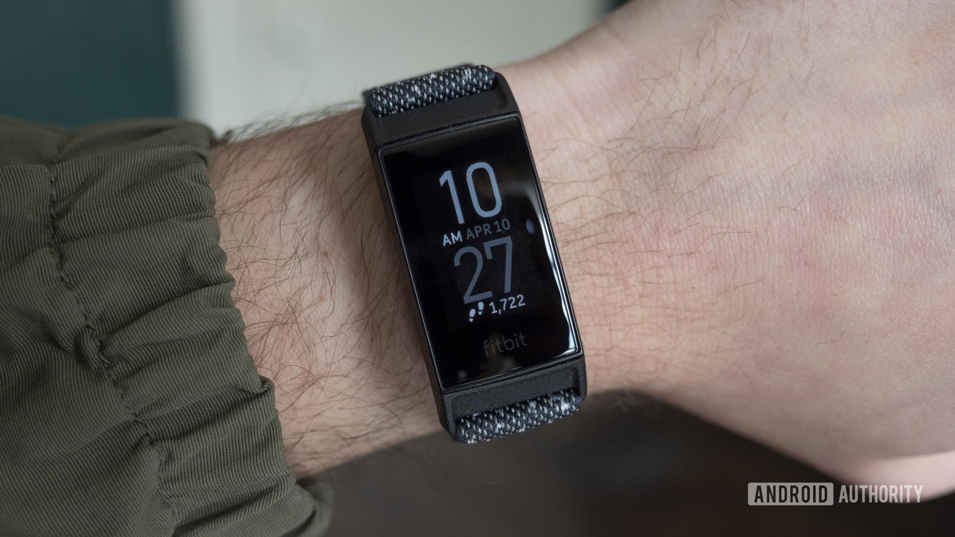 Fitbit Charge 4 đánh giá mặt đồng hồ trên cổ tay 2